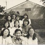大二時與同學們至淡水郊遊。拍攝於淡江大學。(第一排左一)